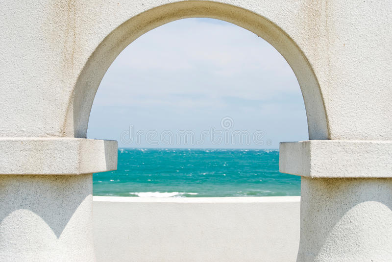 πόρτα αψίδων που φαίνεται ω στοκ φωτογραφία
