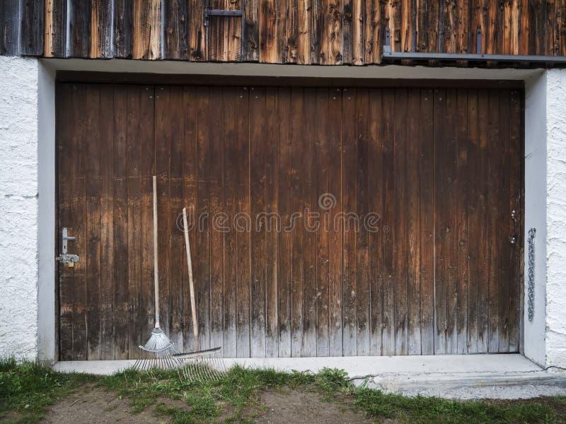 Πόρτα γκαράζ με τον εξοπλισμό κήπων στοκ εικόνες με δικαίωμα ελεύθερης χρήσης
