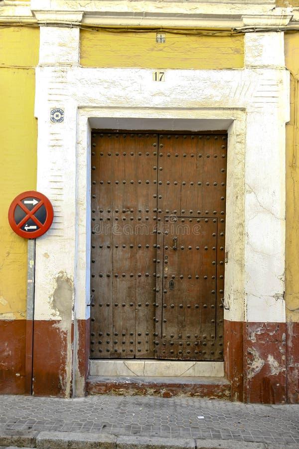 Πόρτα εισόδων σε ένα χαρακτηριστικό σπίτι στη Σεβίλη στοκ φωτογραφίες με δικαίωμα ελεύθερης χρήσης