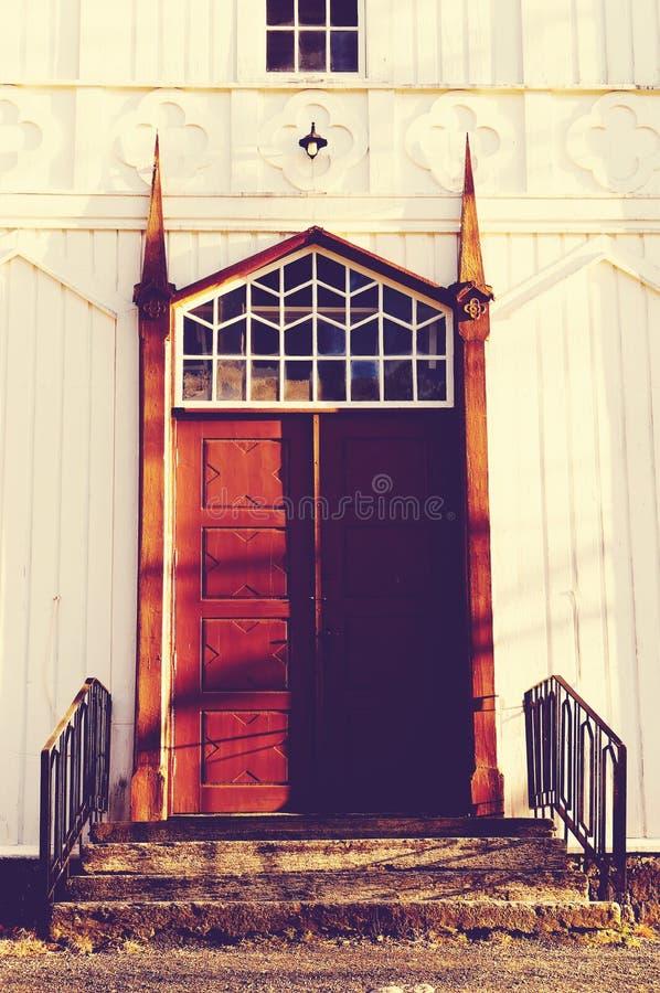 Πόρτα εισόδων στην παλαιά ξύλινη εκκλησία στοκ φωτογραφίες