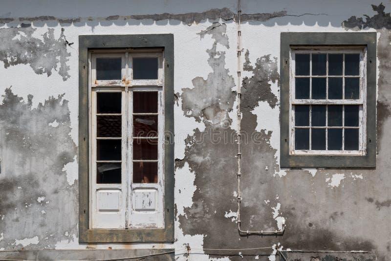 Πόρτα και παράθυρο ενός εγκαταλειμμένου σπιτιού στοκ φωτογραφία με δικαίωμα ελεύθερης χρήσης