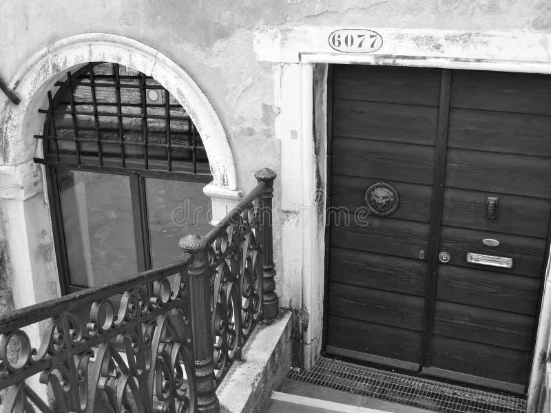 Πόρτα και σχηματισμένο αψίδα παράθυρο στη Βενετία στοκ εικόνες με δικαίωμα ελεύθερης χρήσης