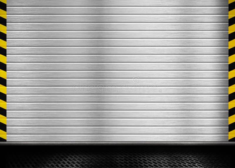 Πόρτα μετάλλων με το βιομηχανικό υπόβαθρο λωρίδων στοκ φωτογραφία με δικαίωμα ελεύθερης χρήσης
