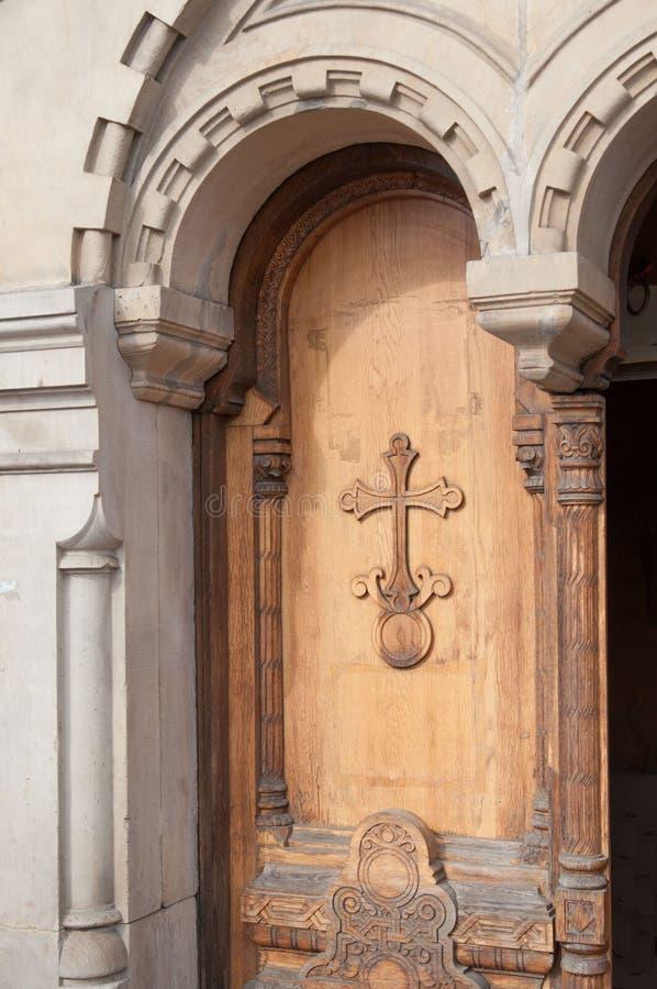 Πόρτα με το χριστιανικό σταυρό στοκ φωτογραφίες