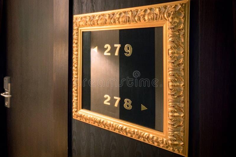 Πόρτα ξενοδοχείων πολυτελείας με τους αριθμούς δωματίων στοκ εικόνες με δικαίωμα ελεύθερης χρήσης