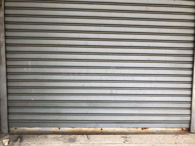 Πόρτα παραθυρόφυλλων κυλίνδρων στο εργοστάσιο στοκ εικόνες