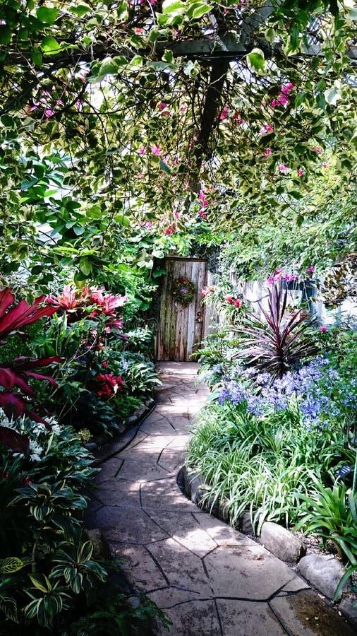 πόρτα, πορεία και κήπος στοκ εικόνα με δικαίωμα ελεύθερης χρήσης