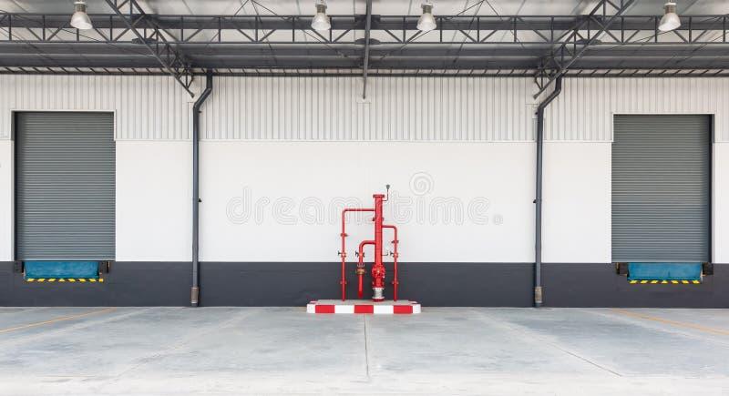 Πόρτα πορτών ή κυλίνδρων παραθυρόφυλλων και τσιμεντένιο πάτωμα έξω από το εργοστάσιο για και τα αγαθά στη βιομηχανία στοκ εικόνα