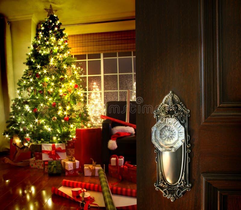Πόρτα που ανοίγει σε ένα καθιστικό Χριστουγέννων στοκ φωτογραφίες