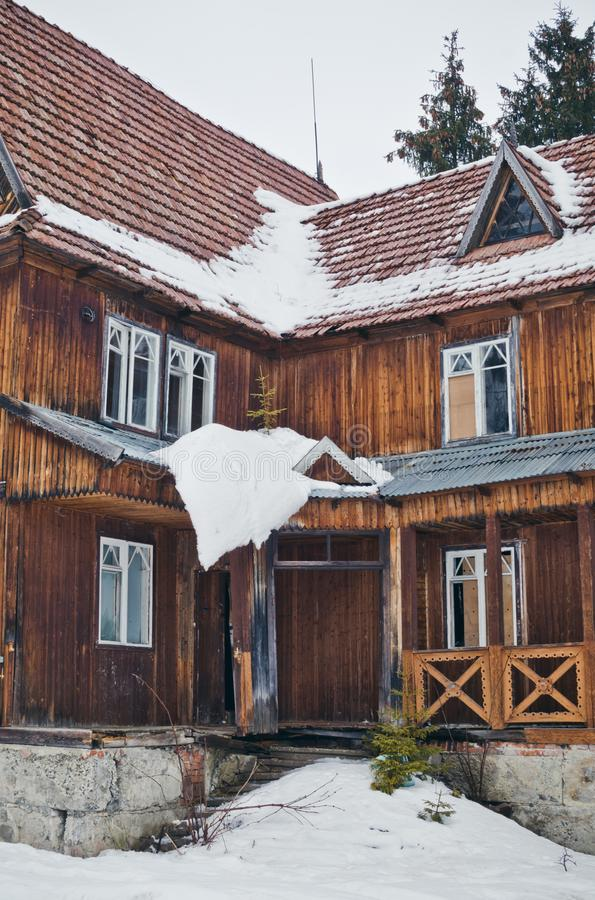 Πόρτα σε ένα παλαιό ξύλινο σπίτι στα ξύλα στοκ φωτογραφία με δικαίωμα ελεύθερης χρήσης