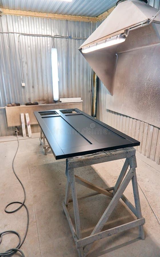 Πόρτα σε ένα σκούρο γκρι χρώμα Αίθουσα ζωγραφικής Ξύλινη παραγωγή λεπτομερειών στοκ εικόνες