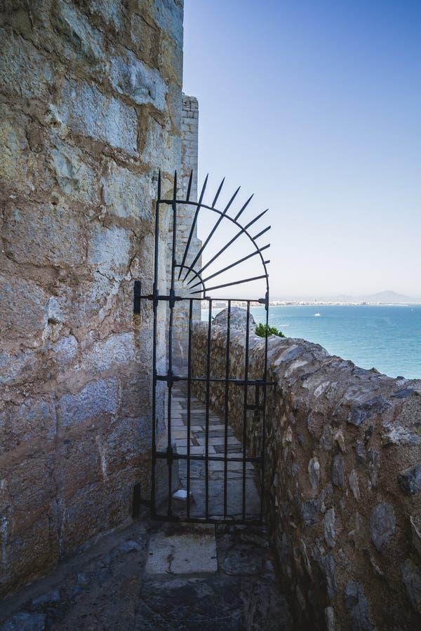 Πόρτα σιδήρου, απόψεις penyscola, όμορφη πόλη της Βαλένθια στην Ισπανία στοκ εικόνες με δικαίωμα ελεύθερης χρήσης