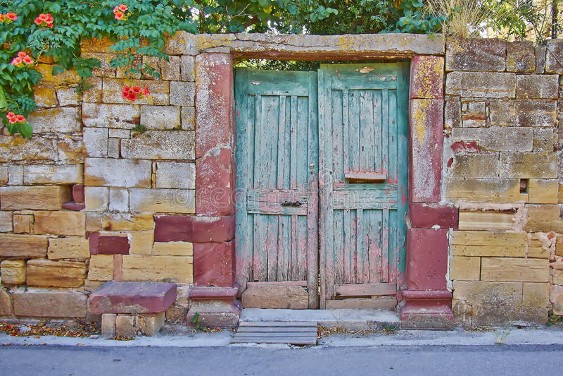 πόρτα στην εκλεκτής ποιότητας πρόσοψη τοίχων πετρών σπιτιών στοκ φωτογραφίες με δικαίωμα ελεύθερης χρήσης