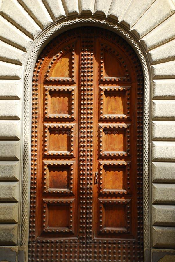 Πόρτα στη μερική σκιά στοκ εικόνα