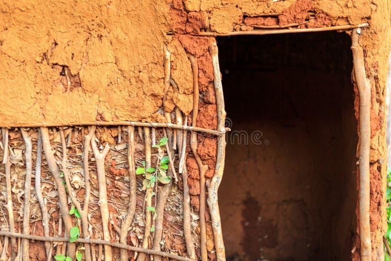 Πόρτα στο παραδοσιακό, αφρικανικό σπίτι στοκ εικόνες με δικαίωμα ελεύθερης χρήσης