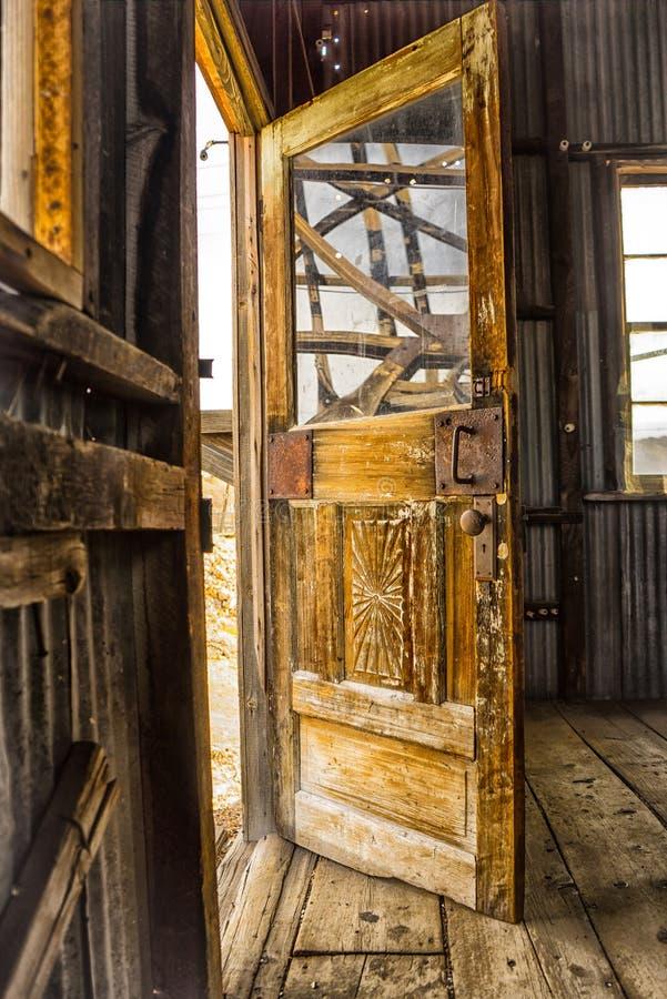 Πόρτα στο σπίτι ανελκυστήρων στοκ εικόνα με δικαίωμα ελεύθερης χρήσης