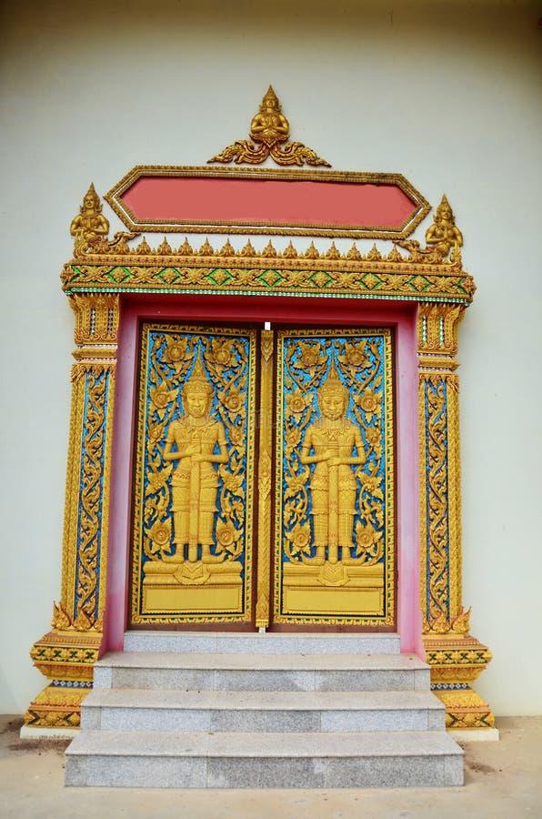Πόρτα του ναού σε Wat Phra που Phanom DIN Surin Ταϊλάνδη στοκ φωτογραφία