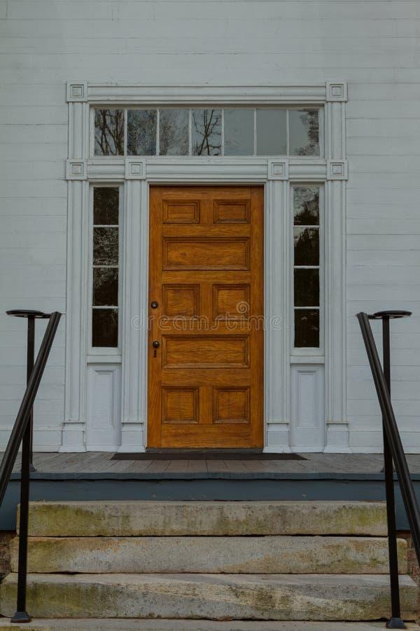 Πόρτα του παλαιού αγροτικού σπιτιού στοκ εικόνα με δικαίωμα ελεύθερης χρήσης