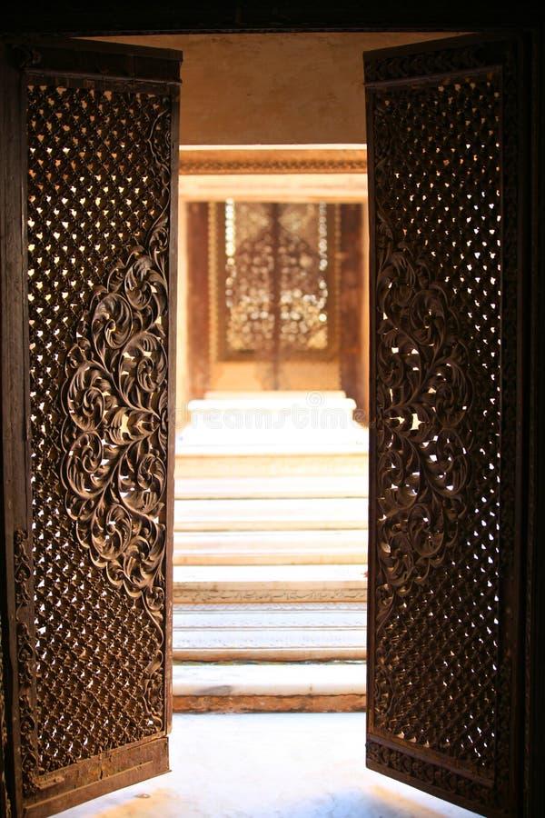 Πόρτες ανοικτές για να εισαγάγουν τους ιστορικούς τάφους Paigah στοκ φωτογραφίες