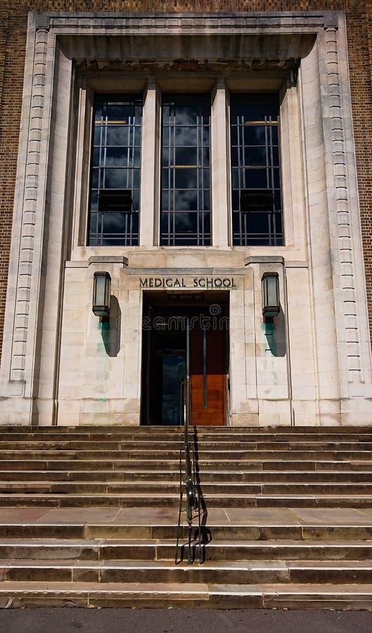 Πόρτες εισόδων Ιατρικής Σχολής στοκ φωτογραφία με δικαίωμα ελεύθερης χρήσης