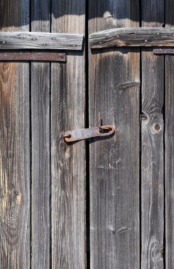Πόρτες ενός παλαιού ξύλινου σπιτιού με έναν σύρτη στοκ φωτογραφία με δικαίωμα ελεύθερης χρήσης