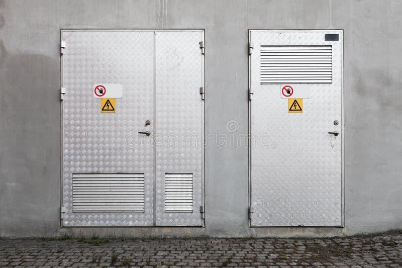 Πόρτες μετάλλων με τα προειδοποιητικά σημάδια υψηλής τάσης στοκ εικόνες
