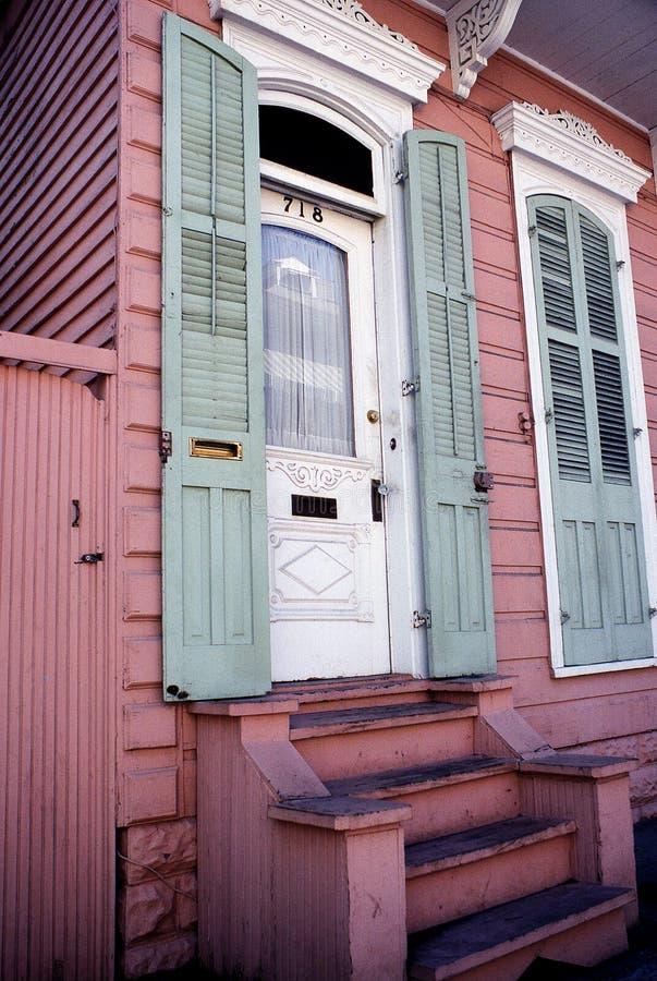 Πόρτες με τα πράσινα ξύλινα παραθυρόφυλλα στο σπίτι στη γαλλική συνοικία νέο Ο στοκ εικόνες