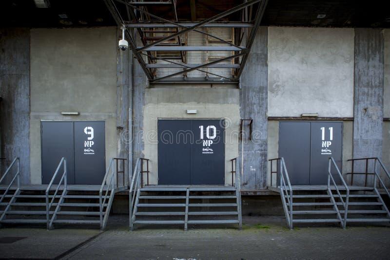 Πόρτες φόρτωσης στο εγκαταλειμμένο εργοστάσιο στοκ εικόνες