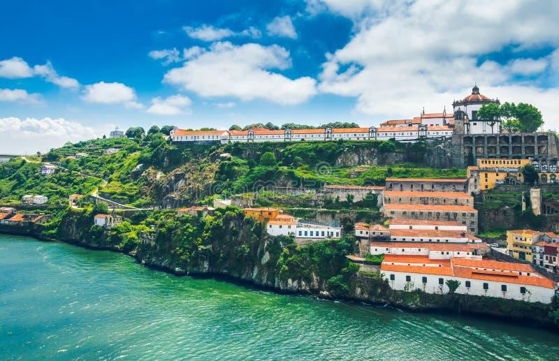 Πόρτο, Πορτογαλία: Το μοναστήρι Serra κάνει το Πιλάρ και τα κελάρια κρασιού στη Βίλα Νόβα ντε Γκάια στοκ εικόνες