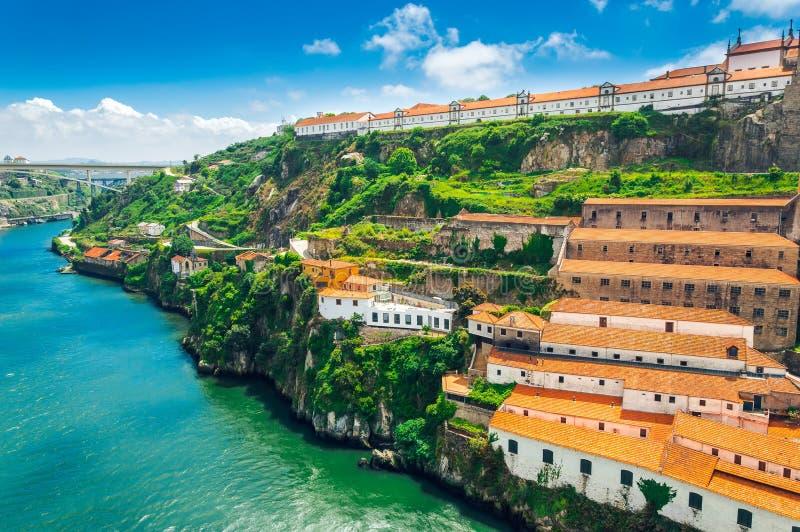Πόρτο, Πορτογαλία: Το μοναστήρι Serra κάνει το Πιλάρ και τα κελάρια κρασιού στη Βίλα Νόβα ντε Γκάια στοκ φωτογραφίες με δικαίωμα ελεύθερης χρήσης