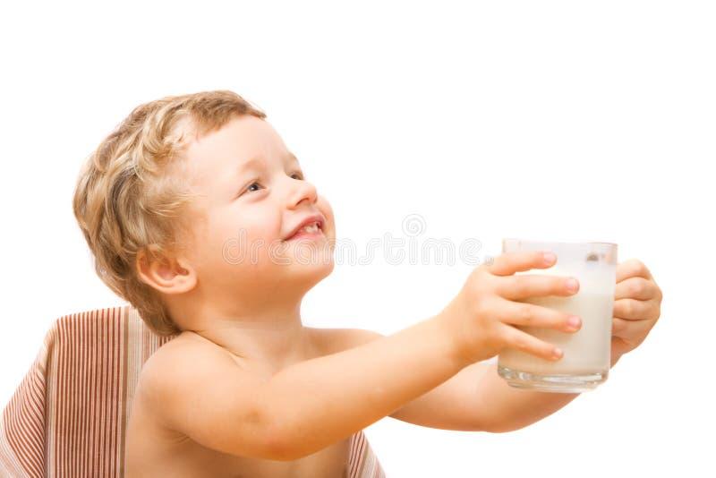 πόσιμο γάλα αγοριών στοκ φωτογραφία με δικαίωμα ελεύθερης χρήσης