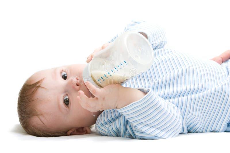 πόσιμο γάλα αγοριών στοκ εικόνες με δικαίωμα ελεύθερης χρήσης