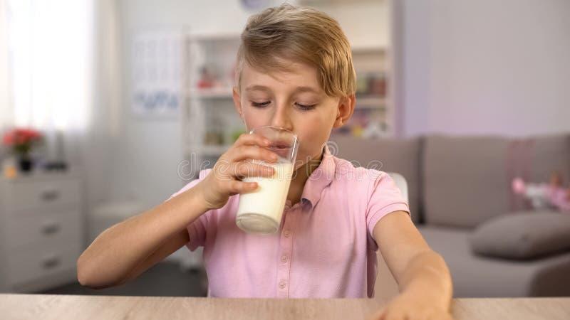 Πόσιμο γάλα μαθητών, διατροφή ασβεστίου για το υγιές σώμα και ανάπτυξη μυαλού στοκ φωτογραφία με δικαίωμα ελεύθερης χρήσης