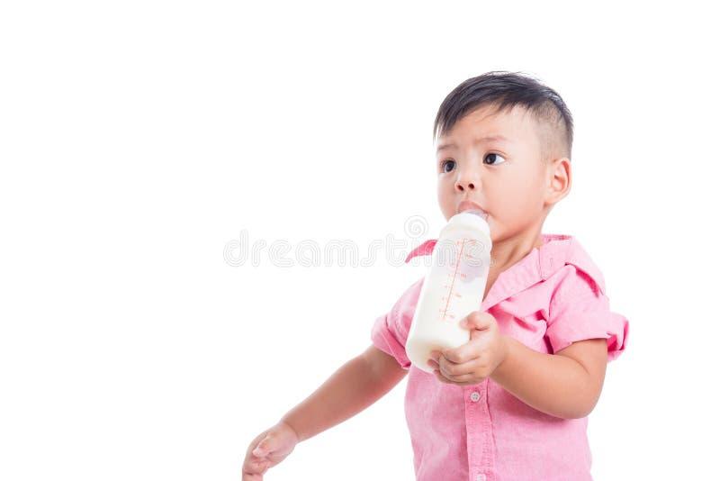 Πόσιμο γάλα μικρών παιδιών από το μπουκάλι στοκ φωτογραφίες