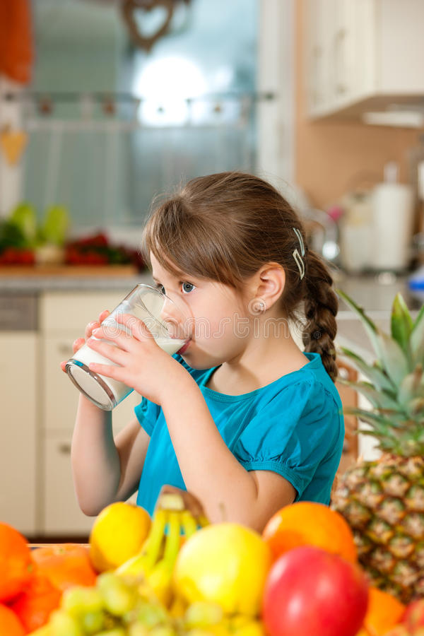 πόσιμο γάλα παιδιών στοκ εικόνα με δικαίωμα ελεύθερης χρήσης