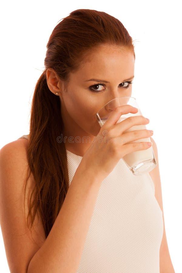 Πόσιμο γάλα γυναικών το πρωί που απομονώνεται πέρα από το άσπρο backgroun στοκ εικόνα με δικαίωμα ελεύθερης χρήσης