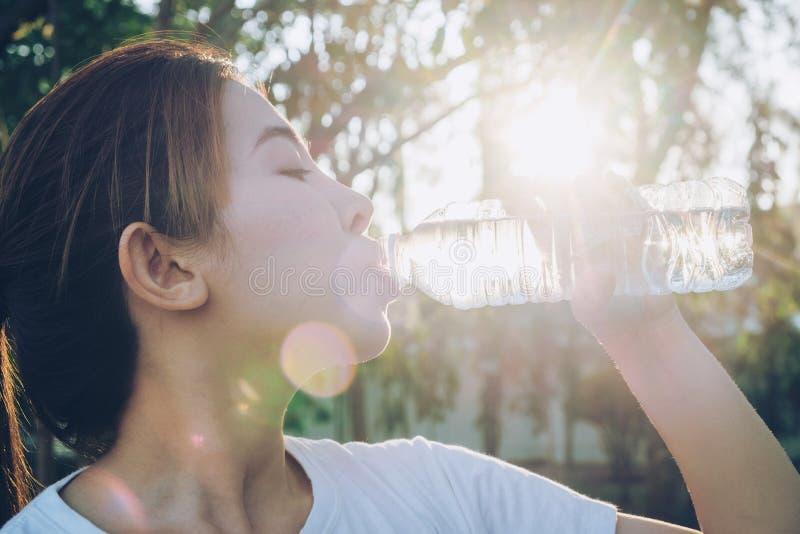 Πόσιμο νερό γυναικών ικανότητας όμορφο και ιδρώτας μετά από το exerci στοκ εικόνα με δικαίωμα ελεύθερης χρήσης