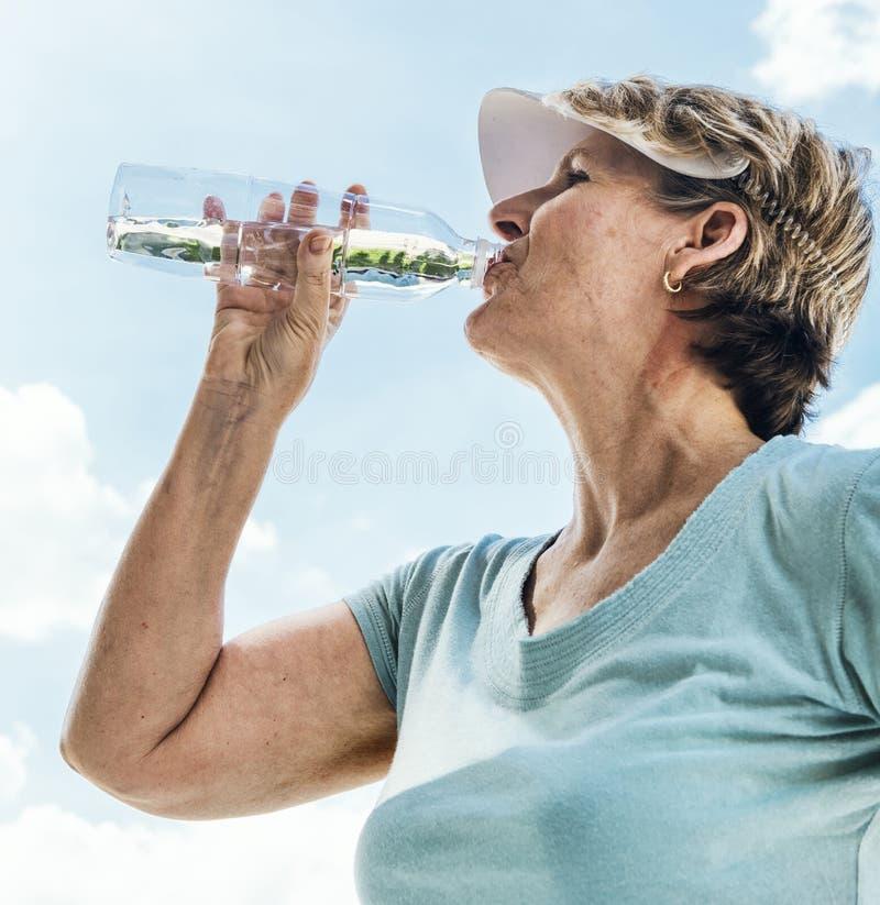 Πόσιμο νερό γυναικών μετά από την έννοια άσκησης στοκ εικόνα με δικαίωμα ελεύθερης χρήσης