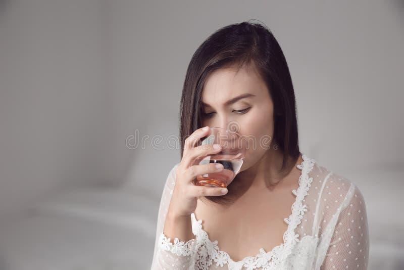 Πόσιμο νερό γυναικών πριν από την ώρα για ύπνο στοκ εικόνες με δικαίωμα ελεύθερης χρήσης