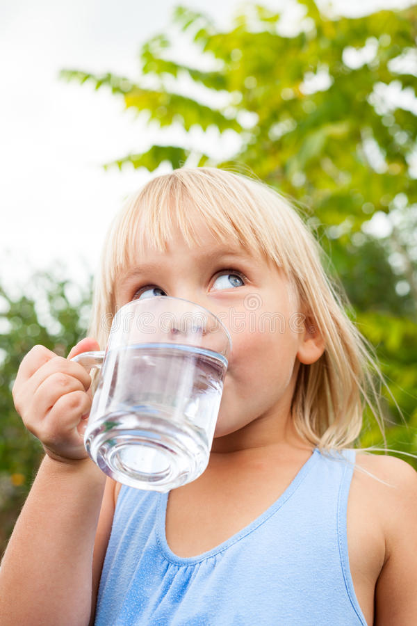 Πόσιμο νερό παιδιών υπαίθρια στοκ εικόνα