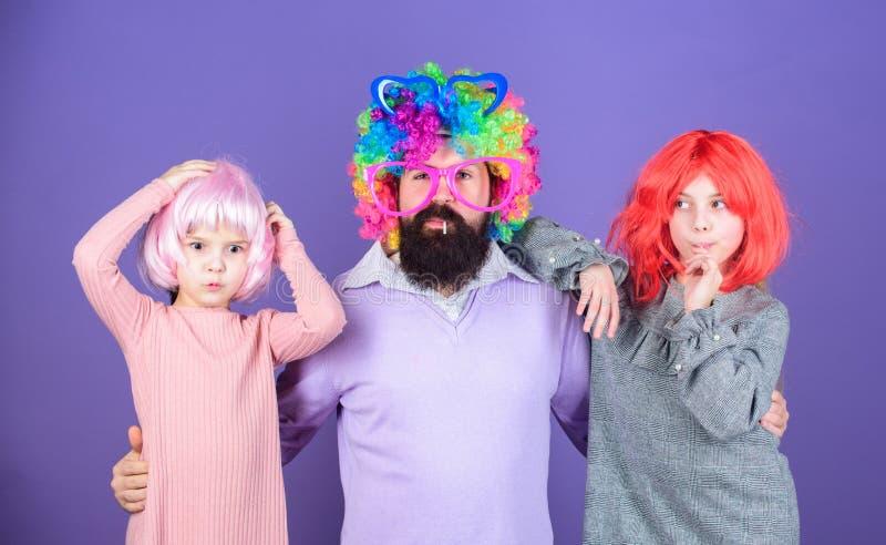 Πόσο τρελλός είναι ο πατέρας σας Ατόμων γενειοφόρο πατέρων και παιδιών κοριτσιών ιώδες υπόβαθρο περουκών ένδυσης ζωηρόχρωμο Φιλικ στοκ φωτογραφία με δικαίωμα ελεύθερης χρήσης