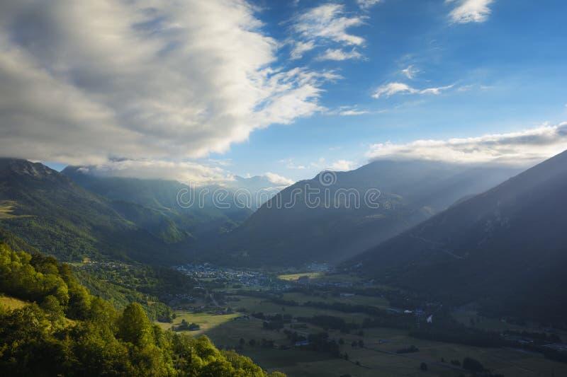 Πόλη Αγίου Lary Soulan και σταθμός σκι, και η κοιλάδα του ενώπιον του SU στοκ φωτογραφία με δικαίωμα ελεύθερης χρήσης