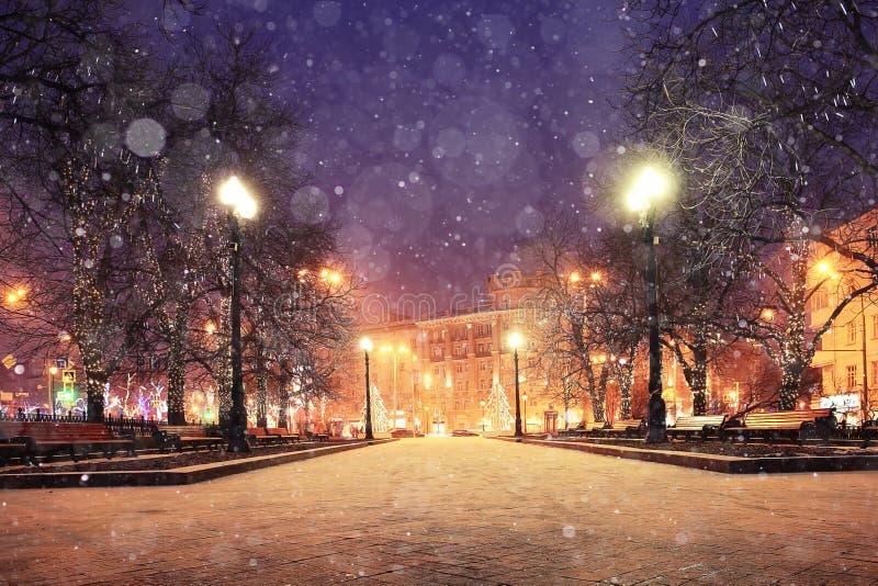 Πόλη βραδιού με το χιόνι στοκ φωτογραφίες με δικαίωμα ελεύθερης χρήσης