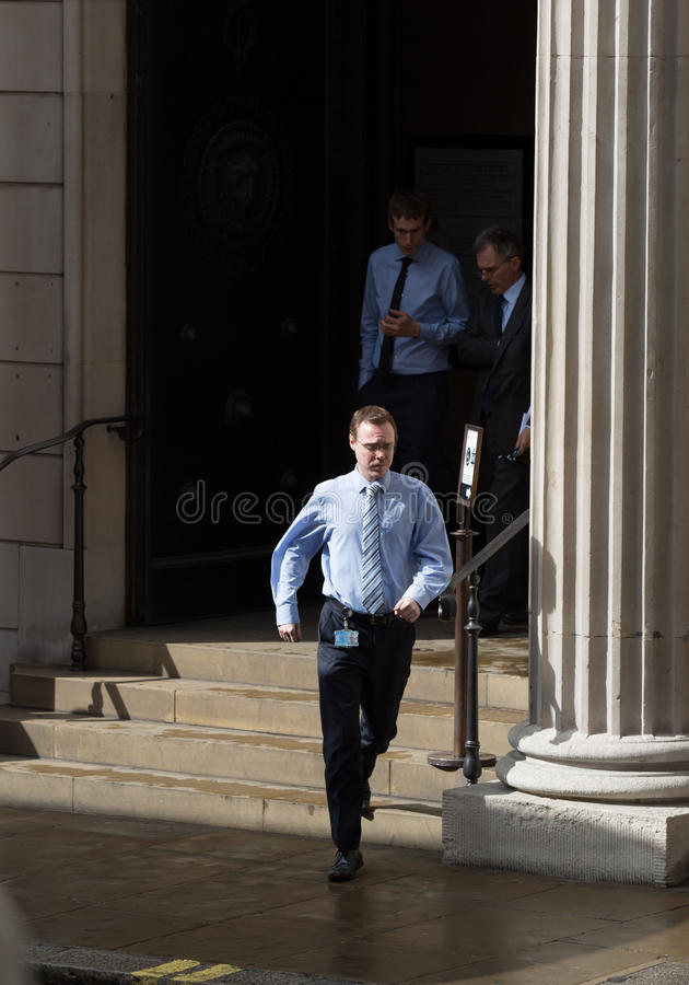 πόλη Λονδίνο Άτομο που τρέχει έξω των πορτών Τράπεζας της Αγγλίας στοκ φωτογραφίες