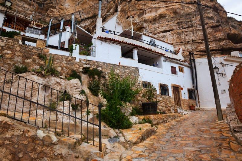 Πόλη με τις σπίτι-σπηλιές κατοικιών που χτίζονται στο βράχο Alcala del J στοκ εικόνες
