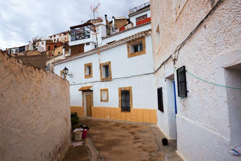 Πόλη με τις σπίτι-σπηλιές κατοικιών που χτίζονται στο βράχο Alcala del J στοκ εικόνες με δικαίωμα ελεύθερης χρήσης