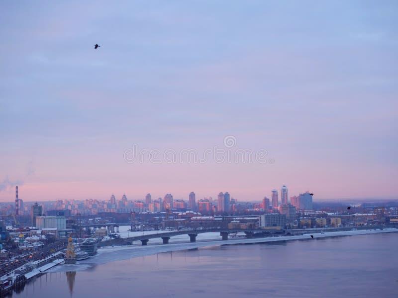 Πόλη νύχτας, παγκόσμια πόλη, καλύτερη πόλη, μεγάλη ζωή πόλεων, του χωριού πανόραμα, σκοτεινή πόλη, στοκ εικόνα