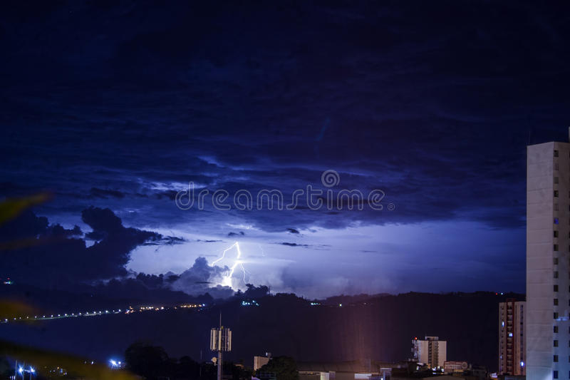 Πόλη ουρανού - Ciudad Cielo Azul con Rayo στοκ εικόνες με δικαίωμα ελεύθερης χρήσης