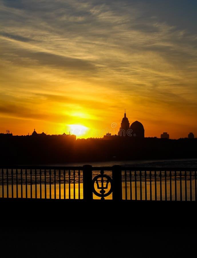 πόλη πέρα από το ηλιοβασίλεμα στοκ εικόνα με δικαίωμα ελεύθερης χρήσης