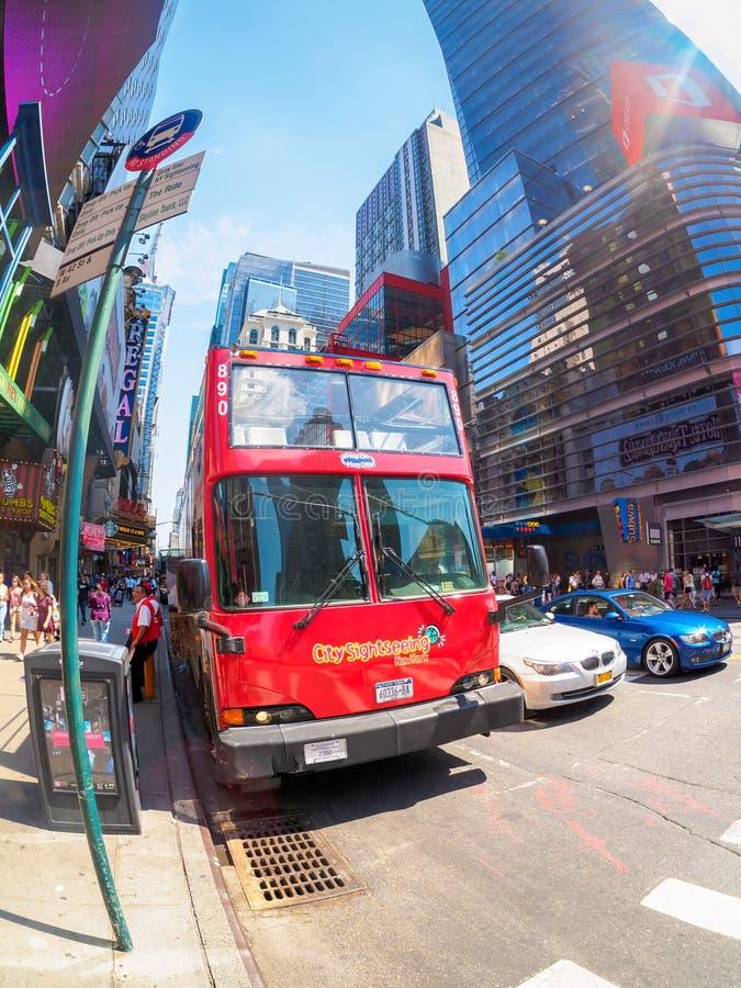 Πόλη που επισκέπτεται το διπλό λεωφορείο καταστρωμάτων στη 42$η οδό στην πόλη της Νέας Υόρκης στοκ φωτογραφία